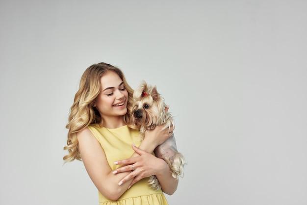 美しい女性のファッショナブルな純血種の犬のクロップドビューファッション。高品質の写真
