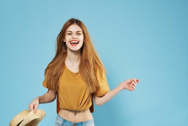 아름 다운 여자 유행 여름 옷 배낭 스튜디오