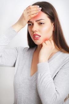 Красивая женщина чувствует себя больным, с головной болью, болезненной болью в теле