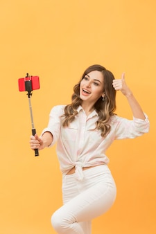 Bella donna che si filma per il blog