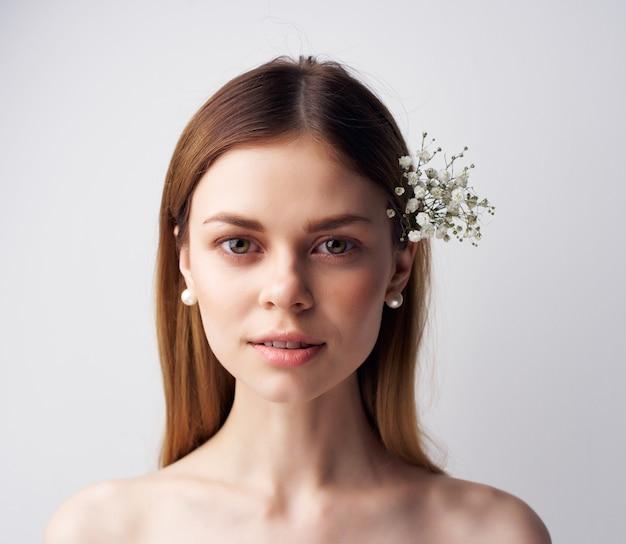 髪のファッションの明るい背景の美しい女性の花