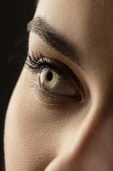 美しい女性、目に焦点を当てる