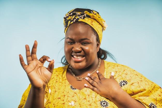 Красивая женщина из африки в традиционной одежде концепция образа жизни и культуры