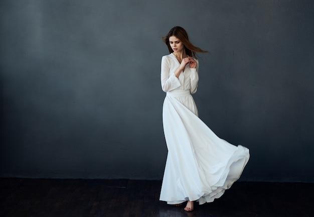 白いドレスのダンスグラマーからの美しい女性がエレガントなスタイルを実行しました。高品質の写真