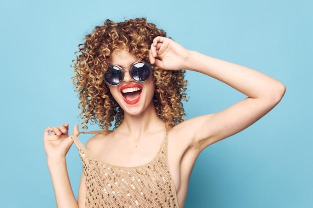 Красивая женщина весело вьющиеся волосы крупным планом элегантный стиль