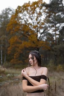 그녀는 공원에서 산책을 초대 그녀의 손으로 몸짓 아름다운 여자