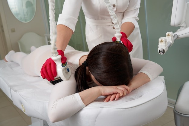 Красивая женщина, получающая косметическую терапию против целлюлита с машиной lpg. lpg массаж для подъема тела