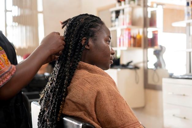 뷰티 살롱에서 그녀의 머리를 받고 아름 다운 여자
