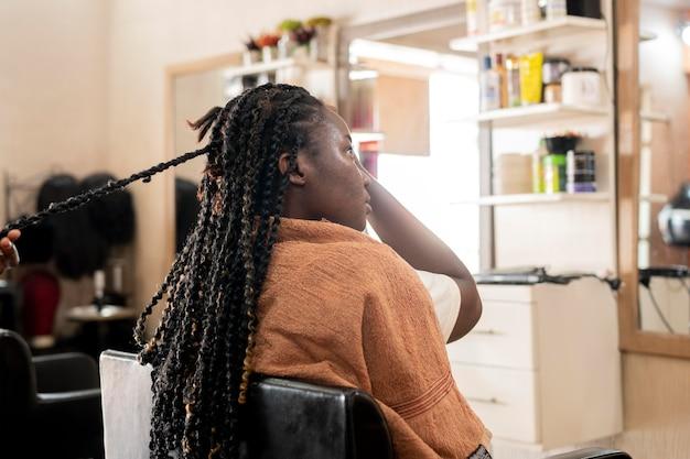 Bella donna che ottiene i suoi capelli fatti al salone di bellezza