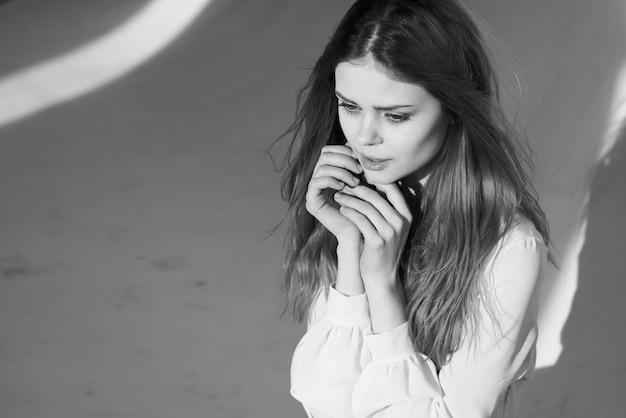 美しい女性の魅力の贅沢なライフスタイルスタジオポーズモデル