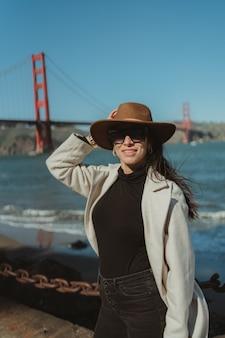 Красивая женщина мост золотые ворота сан-франциско