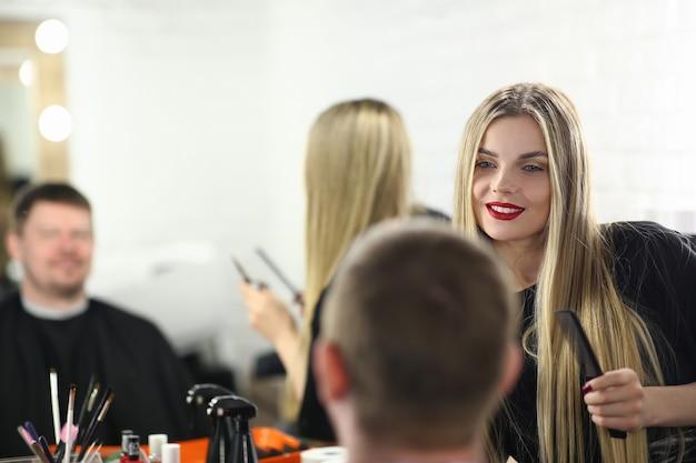 Красивая женщина парикмахер укладка мужских стрижек