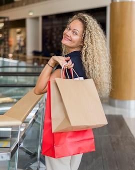 Bella donna soddisfatta di borse della spesa