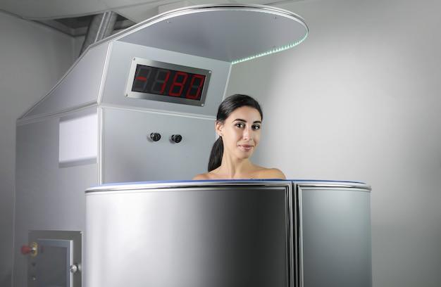 医療センターで凍結療法セッションを持つ美しい女性