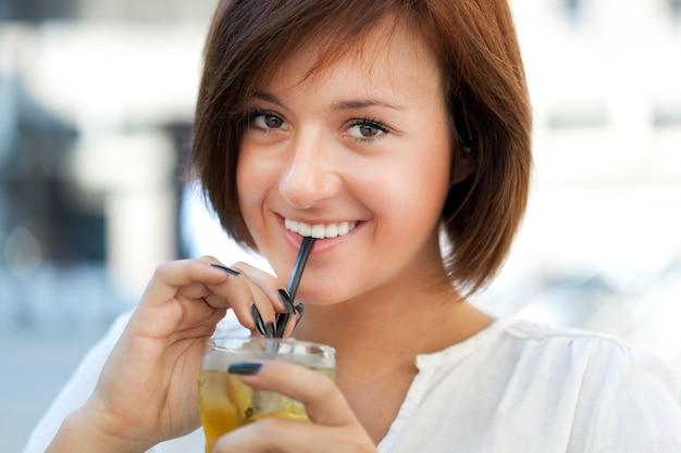 美しい女性、ドリンクを飲む