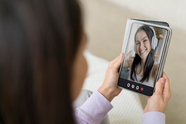 집에서 화상 통화를하는 아름 다운 여자 무료 사진