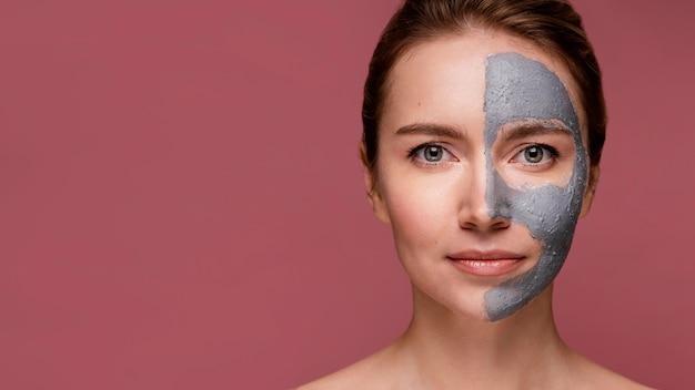 마스크를 덮고 그녀의 얼굴의 절반을 가진 아름 다운 여자