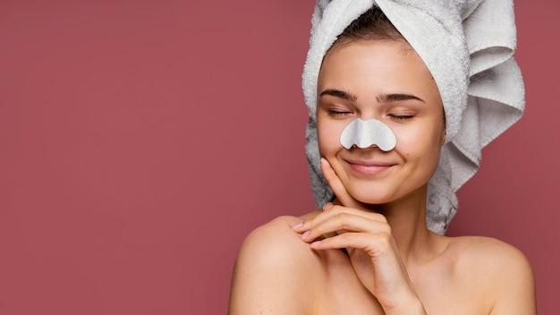 Красивая женщина, имеющая маску для носа
