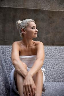 Красивая женщина, имеющая некоторое время в спа-отеле