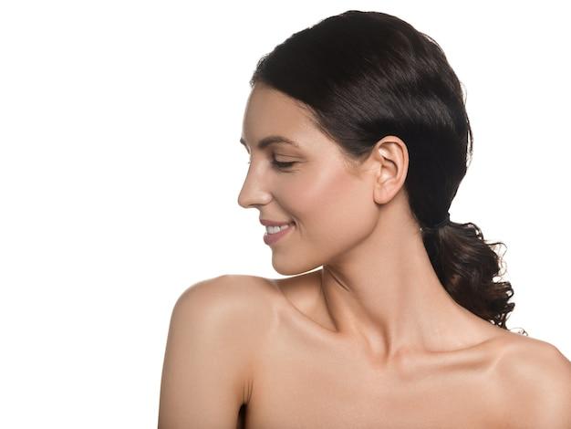 아름 다운 여자 건강 한 긴 머리 깨끗 한 신선한 피부 아름다움 여성 화장품 개념 초상화