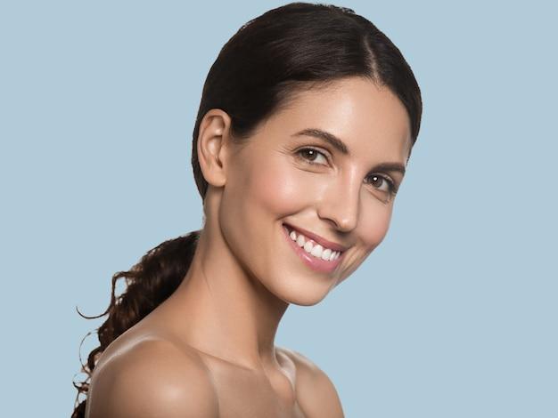 아름 다운 여자 건강 한 긴 머리 깨끗 한 신선한 피부 화장품 개념 초상화. 색상 배경 파란색