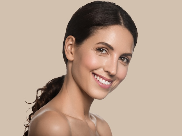아름 다운 여자 건강 한 긴 머리 깨끗 한 신선한 피부 화장품 개념 초상화. 컬러 배경 브라운