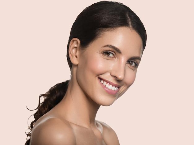 아름 다운 여자 건강 한 긴 머리 깨끗 한 신선한 피부 화장품 개념 초상화. 색상 배경 핑크