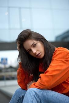 아름 다운 여자 히피 소녀 유행 빨간 재킷에 도시를 산책