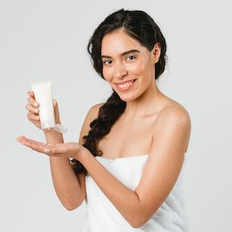 스킨 케어 제품을 들고 있는 아름다운 여성