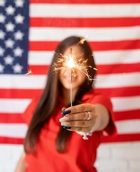 미국 국기 배경에 향을 들고 아름 다운 여자