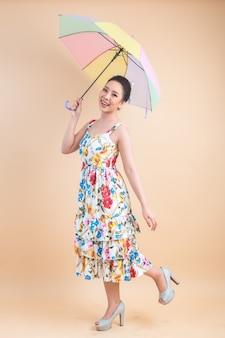 傘を保持している美しい女性