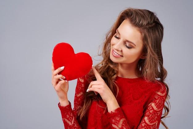 Красивая женщина, держащая искусственное сердце