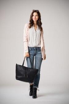 黒いバッグを持っている美しい女性