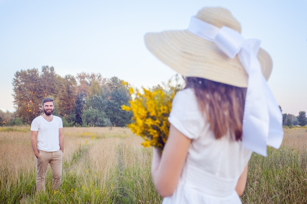 노란 꽃 꽃다발을 들고 바라보는 아름다운 여성