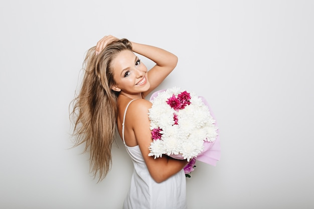꽃 다발을 들고 아름 다운 여자