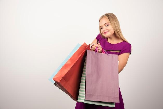 쇼핑백을 잔뜩 들고 아름 다운 여자입니다.
