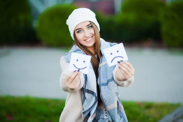 슬프고 재미있는 미소로 카드를 들고 아름 다운 여자
