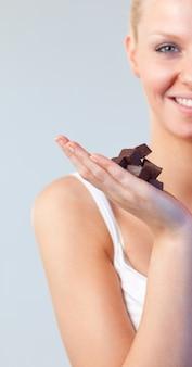 チョコレートにチョコレートフォーカスを持つ美しい女性