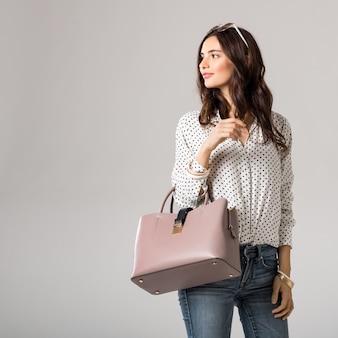 ハンドバッグを保持している美しい女性 Premium写真