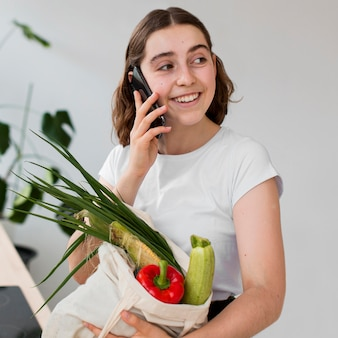 Красивая женщина, держащая органические продукты