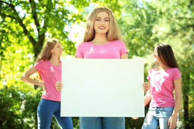 Красивая женщина, держащая плакат