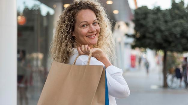 買い物袋を保持している美しい女性