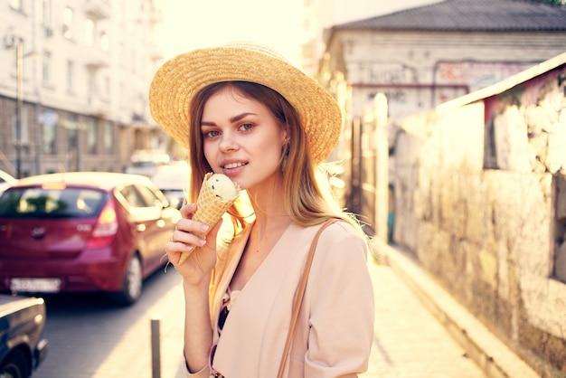 거리 야외 매력을 따라 아름 다운 여자 아이스크림 도보.