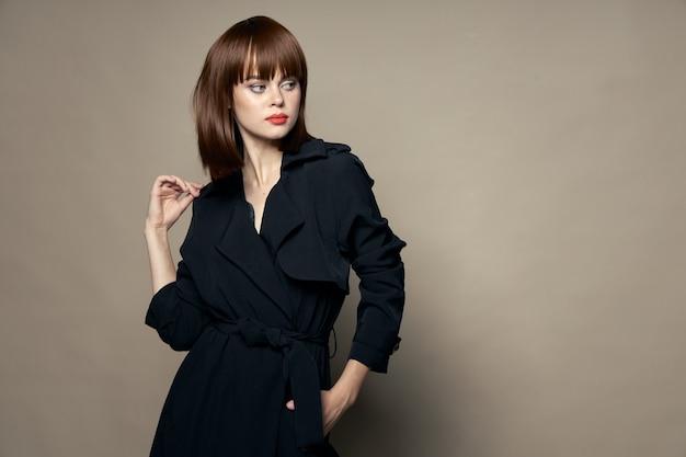 Красивая женщина в черном пальто