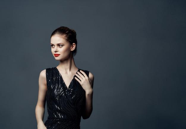 黒のドレスファッションライフスタイル暗い背景の美しい女性