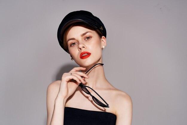Красивая женщина в современном стиле черный головной убор