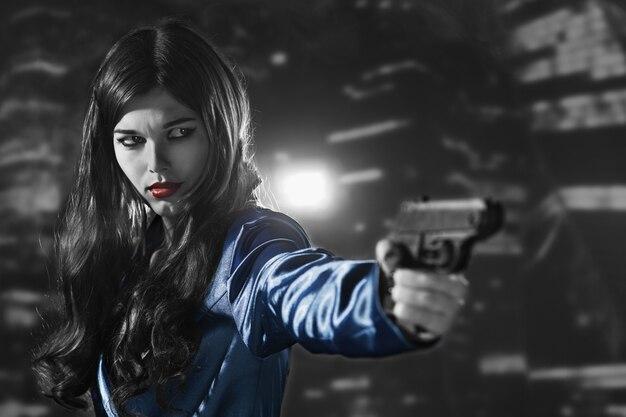 죄의 도시에서 검은색과 흰색 붉은 입술을 가진 파란색 코트를 입은 아름다운 여자