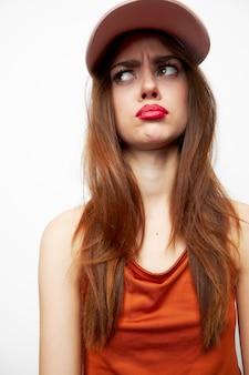 帽子をかぶった美しい女性モデルのセクシーな表情の悲しげな表情の横を見てクローズアップ