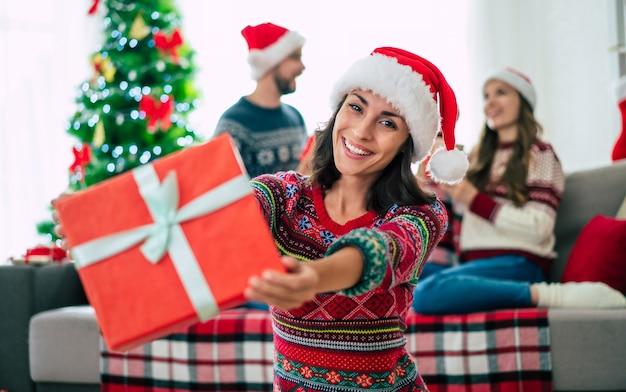 クリスマスのサンタの帽子の美しい女性