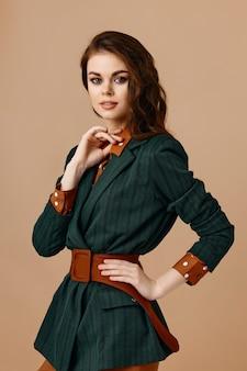ファッショナブルなジャケットシャツベルトヘアスタイルメイクの美しい女性